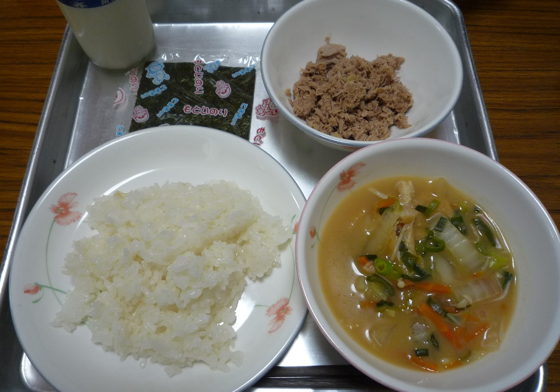 木曜日の給食 木曜日の給食は、カツオのそぼろ寿司 と 田舎味噌汁、手巻きのり ...  新みどり