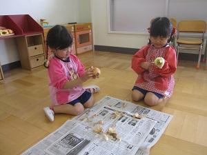 4歳児玉ねぎむき いちご.jpg